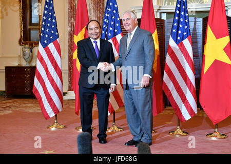 U.S. Secretary of State Rex Tillerson and Vietnamese Prime Minister Nguyen Xuan Phuc pose for a photo before their - Stock Image