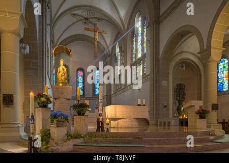 Deutschland, Nordrhein-Westfalen, Werl, Wallfahrtsbasilika Mariä Heimsuchung, Altar, links das Gnadenbild 'Madonna mit Jesuskind', eine Ringpfostenstu - Stock Image