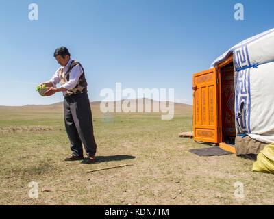 MONGOLIE, MAI 18 : Un chauffeur et cuisinier prepare le dejeuner dans un campement de yourtes en Mongolie, le 18 - Stock Image