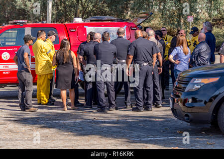 Los Angeles, California, USA. 9th Nov, 2018. Briefing at the Griffith Park brush fire. Credit: Chester Brown/Alamy Live News - Stock Image
