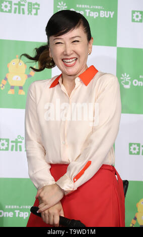 Tokyo, Japan. 20th May, 2019. Japanese actress Chizuru Azuma attends a promotional event of an online stock brokerage 'One Tap BUY' in Tokyo on Monday, May 20, 2019. One Tap BUY will start a new service of installment investment trsust operations by smart phone 'Robo-Cho' from May 24. Credit: Yoshio Tsunoda/AFLO/Alamy Live News - Stock Image