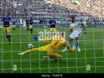 sports, football, Bundesliga, 2018/2019, Borussia Moenchengladbach vs RB Leipzig 1-2, Stadium Borussia Park, scene of the match, offside goal in the 1st minute of play by Alassane Plea (MG) right against keeper Peter Gulacsi (RBL), DFL REGULATIONS PROHIBIT ANY USE OF PHOTOGRAPHS AS IMAGE SEQUENCES AND/OR QUASI-VIDEO - Stock Image