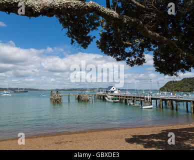 Beach at Russell jetty, Bay of Islands, New Zealand - Stock Image