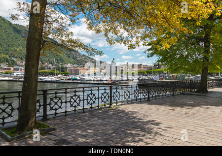Como - The city with the Cathedral and harbor from the promenade. - Stock Image