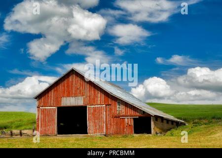 Red barn in palouse, Washington - Stock Image