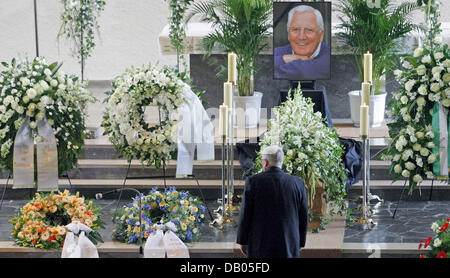 Theo Zwanziger President of the German Soccer Federation (DFB) stands before Jupp Durwall's coffin at St. Konrad - Stock Image