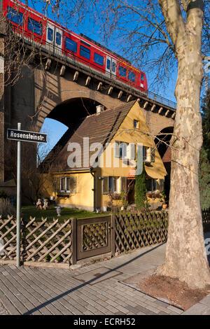 SMALL DETACHED HOUSE UNDER A VIADUCT, URBAN RAILWAY, ROSENSTEINSTRASSE, STUTTGART, BADEN-WURTTEMBERG, GERMANY - Stock Image