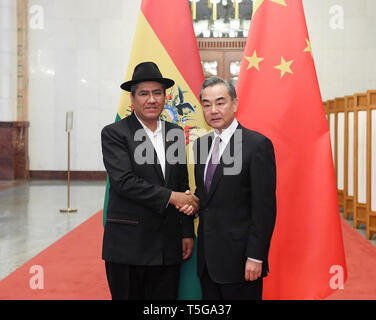 (190424) -- BEIJING, April 24, 2019 (Xinhua) -- Chinese State Councilor and Foreign Minister Wang Yi (R) meets with Bolivian Foreign Minister Diego Pary in Beijing, capital of China, April 24, 2019. (Xinhua/Shen Hong) - Stock Image