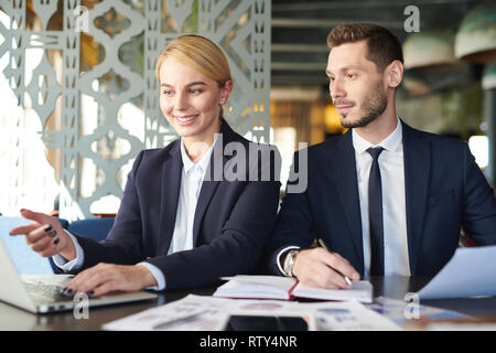Discussing ideas in cafe - Stock Image