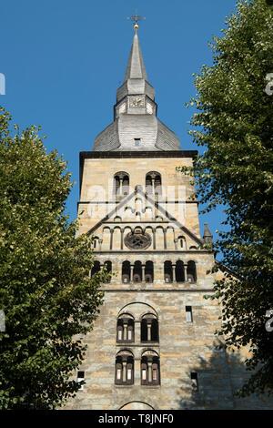 Deutschland, Nordrhein-Westfalen, Werl, Probsteikirche St. Walburga von Westen - Stock Image