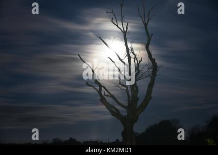 04th December, 2017 Bournemouth, UK.  Super full moon on a freezing wintery morning. 4th December, 2017 Bournemouth, - Stock Image