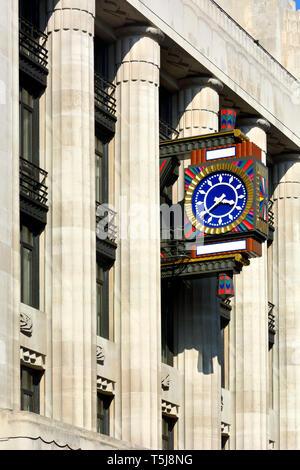 London, England, UK. Art Deco Clock on Peterborough Court, 135 Fleet Street, EC4, formerly the Daily Telegraph Building - Stock Image