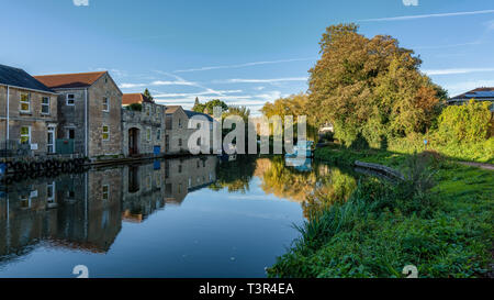 Bath, North East Somerset, England, UK - September 27, 2018: Narrowboats and houses at the Kennet and Avon Canal - Stock Image