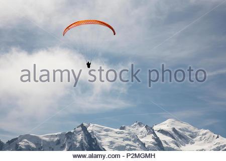 paragliding over the peaks, paraglider, mountains, Europe, Chamonix, Chamonix-Mont-Blanc, Alps, Rhone Alpes, Haute Savoie, Franc - Stock Image