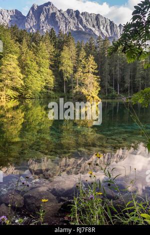 Deutschland, Bayern, Bayerische Alpen, Grainau, Badersee und Waxenstein im Sommer - Stock Image