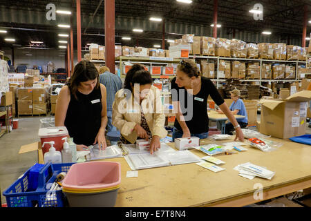 Centennial, Colorado USA. 23 September 2014.  Employees from the U.S. Tax Department of Suncor Energy volunteer - Stock Image