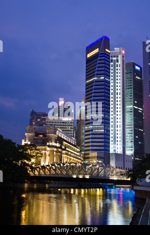 Fullerton Hotel Cavenagh bridge, Skyline of Singapur, South East Asia, twilight - Stock Image