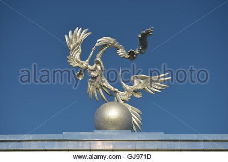 Sculpture of Storks as a symbol of peace in front of the main square (Mustakillik) to host celebrations and military - Stock Image