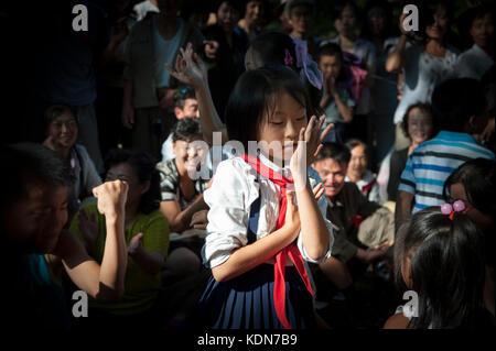 Les familles se réunissent dans un parc pour pique-niquer et danser à Pyongyang le 9 octobre 2012. Families - Stock Image
