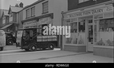 1950s, Oxford, H. E Scroggs, milk float outside the grocery shop of Holcombe Farm Dairy, England, UK. - Stock Image