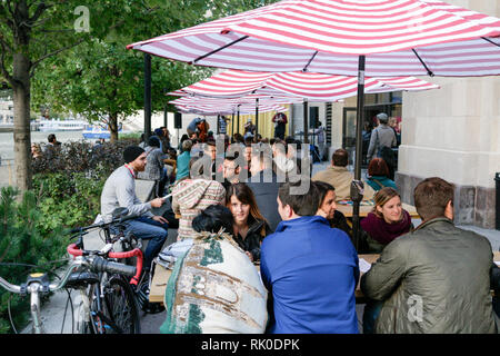 Patrons at The Hideout Chicago Riverwalk. - Stock Image