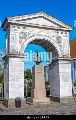 Bust of General Frederik Rubeck Henrik von Bülow in a triumphal arch with the date VI JULI MDCCCXLIX by H.W. Bissen - Fredericia, Denmark. - Stock Image
