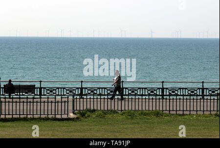 Walkers near the beach in Brighton, Sussex. - Stock Image