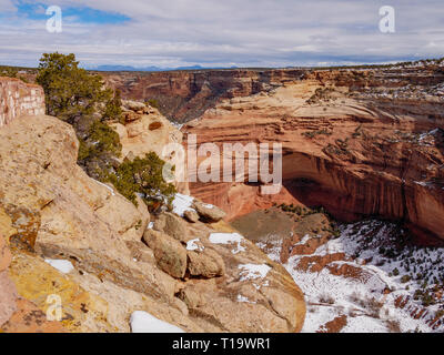 Mummy Cave Ruin, Canyon de Chelly National Monument, Arizona. Chuska Mountains in distance. - Stock Image