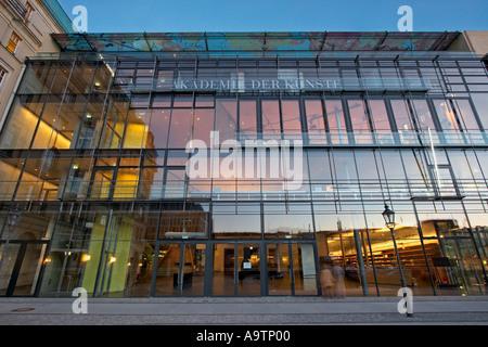 Berlin Akademie der Kuenste academy of art Paris square Architekt Guenter Behnisch - Stock Image