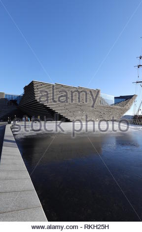 V&A Design Museum with light snow on a frozen reflecting pool Dundee Scotland  January 2019 - Stock Image