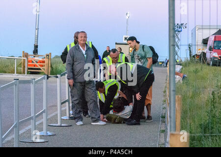 Stonehenge, Amesbury, UK, 20th June 2018,   Marshalls dealing with a rule breaker at the summer solistice  Credit: Estelle Bowden/Alamy Live News. - Stock Image