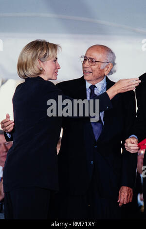 Professor and author Luis Leal thanks First Lady Hillary Clinton after being presented the National Humanities Medal during a ceremony on the South Lawn of the White House September 29, 1997 in Washington, DC. - Stock Image