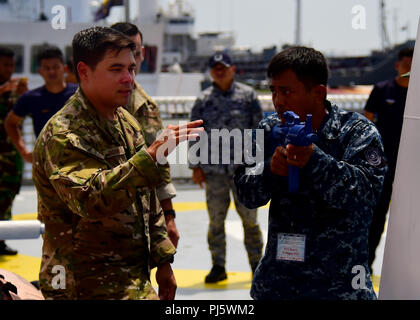 180829-N-QV906-0076 MANILA, Philippines (August 29, 2018) Chief Maritime Enforcement Specialist Anthony Overheim discusses tactical procedures during a Visit, Board, Search, and Seizure seminar as part of  Southeast Asia Cooperation and Training (SEACAT) 2018 aboard Philippine Coast Guard Headquarters in Manila, Philippines. This is the 17th annual SEACAT exercise and includes participants from the U.S., Brunei, Bangladesh, Thailand, Philippines, Singapore, Vietnam, Malaysia and Indonesia. (U.S. photo by Mass Communication Specialist 1st Class Micah Blechner/RELEASED) - Stock Image