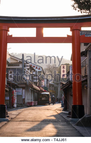 A traditional Japanese Torii gate on road leading up to the Fushimi Inari Taisha shrine, Fukakusa Inari Nakanochō, Fushimi Ward, Kyoto, Honshu, Japan - Stock Image