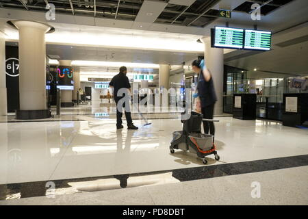 Toronto/Ontario, Canada, August 7, 2018: Union Station York Concourse partially closed due to flood caused by heavy rain. Female and male workers are cleaning the flooded areas Credit: CharlineXia/Alamy Live News - Stock Image