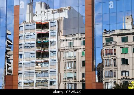 Aluminium-Glas-Fassade eines Bürogebäudes, Palma, Mallorca. - Aluminium glass facade of an office building, - Stock Image