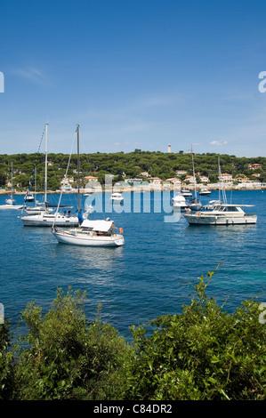 Cap d'Antibes, Garoup Bay, motor launches and yachts at anchor - Stock Image