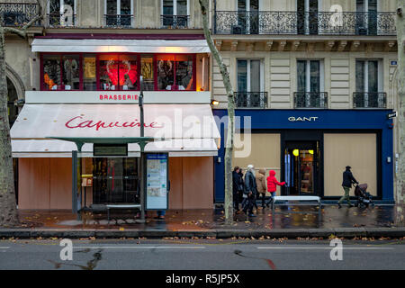 Paris, France. 1st December, 2018. Stores are barricaded during the Yellow Vests protest against Macron politic. Credit: Guillaume Louyot/Alamy Live News - Stock Image