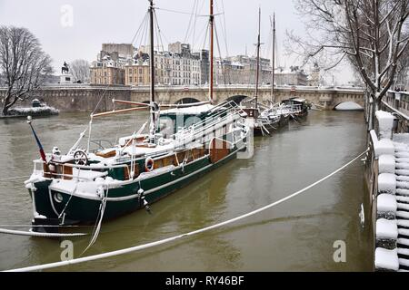 France, Paris, area listed as World Heritage by UNESCO, The quai de Conti and Pont Neuf in winter - Stock Image