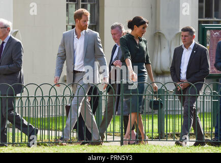 Brighton UK 3rd October 2018 - Something catches the Duchess of Sussex's eye as she arrives at the Royal Pavilion in Brighton with Prince Harry today as part of their first visit to the county where they have been to Chichester and Bognor as well as Brighton Credit: Simon Dack/Alamy Live News - Stock Image