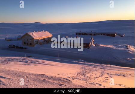 Sun going down on Dyranut mountain lodge, on road 7 crossing Hardangervidda on a very cold day with temp. falling - Stock Image