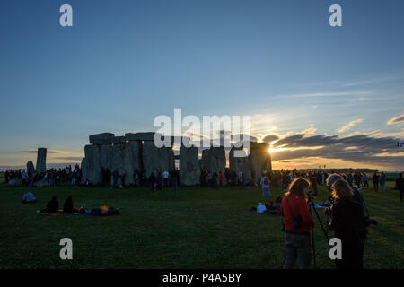Stonehenge, Amesbury, UK, 20th June 2018,   Sun disappearing behind stonehenge as the sun sets at the start of the summer solstice  Credit: Estelle Bowden/Alamy Live News. - Stock Image