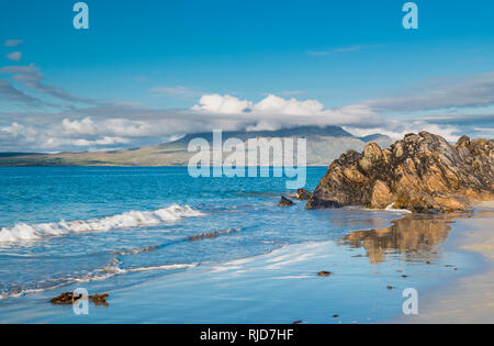 Renvyle Beach, Renvyle Peninsula, Connemara, County Galway, Ireland, looking towards Mweelrea Mountain in County Mayo - Stock Image