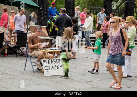 Street artist reads a poem to a little girl - Stock Image