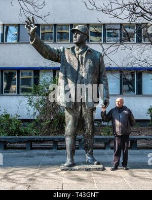 Mitte-Berlin. 1968 Bronze sculpture of a construction worker by sculptor Gerhard Thieme on Karl Liebknecht Strasse, Statue is titled `Worker` - Stock Image