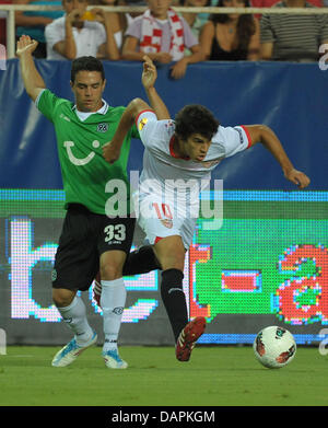 Hanover's Manuel Schmiedebach (L) and Seville's Diego Perotti vie for the ball during their 2nd leg of Europa - Stock Image