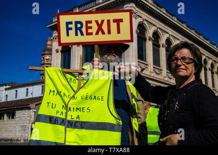 Duravel, France May 1st,, 2019: Banner held by French Gilet Jaunes, yellow vest movement, protesters calling for a Frexit, French Exit - Stock Image