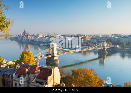 Chain Bridge (Szechenyi Bridge) and Parliament Building, Budapest, Hungary - Stock Image