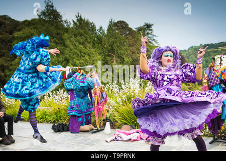 Oh No It Isn't. A vibrant, colourful theatre performance presented by LKT Productions at theatre Garden in Cornwall. - Stock Image