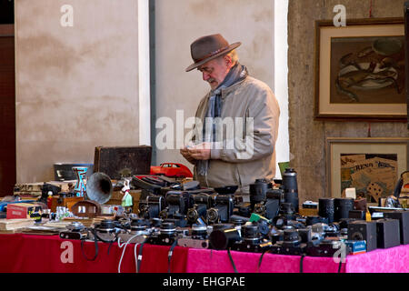 Stall + stallholder with vintage cameras, flea market in Logge di Banchi, Piazza XX Settembre, town centre, Pisa, - Stock Image
